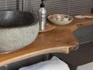 Boven badkamer met aflegblad van 20 jaar oude bewerkte tuintafel