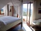 Bovenslaapkamer met hemelbed en uitzicht